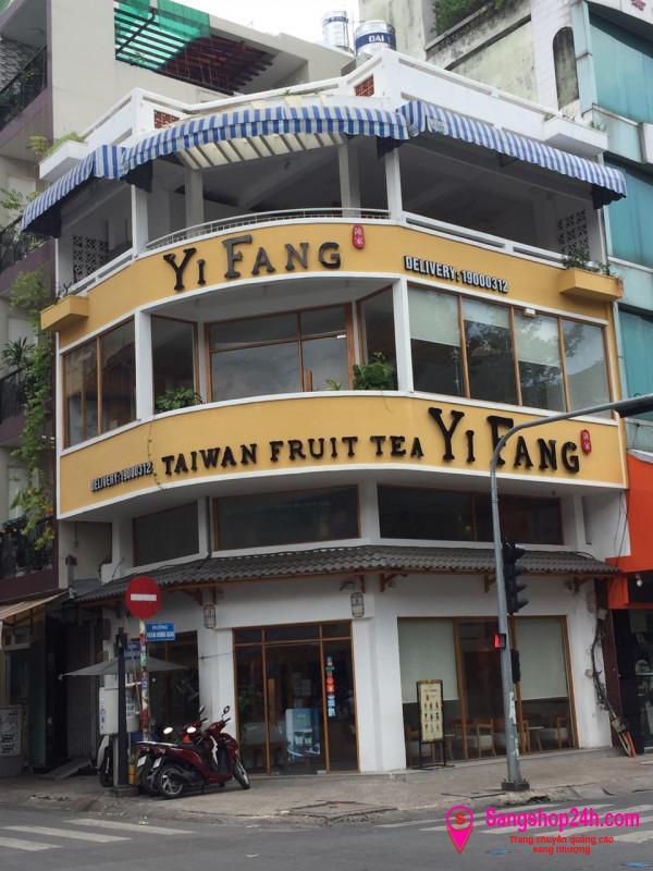 Sang nhanh quán trà sữa nằm ở ngay góc ngã tư Trần Hưng Đạo - Lương Nhữ Học.