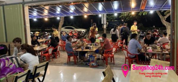 Sang nhanh quán ăn nhậu mặt tiền đường lớn, nằm khu dân cư đông đúc.