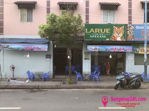 Sang nhanh quán ốc đang hoạt động kinh doanh đông khách, nằm mặt tiền đường, nằm khu dân cư đông đúc.